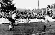 Flinker Flügel: Tibor Lörincz flankt 1965 im Spiel des FC St. Gallen gegen Baden. Die Plätze im Espenmoos sind schon damals gut besetzt. (Bild: zVg)