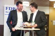 Geglückter Vortrag: Marcel Dobler (links) erhält von Urs Stillhard ein Geschenk. (Bild: Sascha Erni)