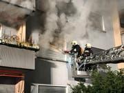 Die Feuerwehr nähert sich der betroffenen Wohnung. (Bild: pd)