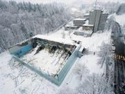 24. Februar 2009: Morgens um sechs Uhr stürzte das Dach der Turnhalle im Tal der Demut ein. (Archivbilder: Michel Canonica)