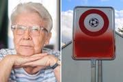 Die Oma und ihr Werk: Anneliese Adolph und die Fussballverbots-Tafel, welche sie besprayt hatte. (Bild: Benjamin Manser/Angelina Donati)