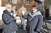 «Auf ein gutes Neues», wünschen sich die zwei gutgelaunten Bäuerinnen Monika Butz und Monika Künzle.