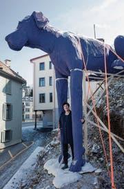 Die Künstlerin Anita Zimmermann und ihr «Hock» aus Styropor. (Bild: Benjamin Manser)