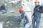 Kelle um Kelle haben Altertumsforscher um Grabungsleiter Fabio Wegmüller (links) rund 130 m3 Erde und Schutt abgetragen und dabei über 20 000 archäologische Fundstücke zutage gebracht. (Bild: Max Tinner)