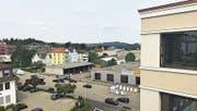 Blick vom neuen Uzwiler Gemeindehaus auf die Lindenstrasse und dahinter das Benninger-Areal. (Bild: PD)