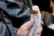 So ist es richtig: Die Bratwurst wird ohne Senf genossen. (Bild: Mareycke Frehner)