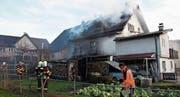 Das Feuer brach wohl im Schuppen aus und sprang auf das Haus über. (Bild: Kapo SG)