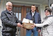 Ortspräsident Guido Seitz (links) übergibt die durch die Schulsekretärin nach Schulklasse abgepackten Jetons an Schulleiter Remo Ganther und Co-Schulleiterin Bernadette Müller. (Bild: pd)