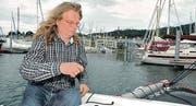 Während der Steuermann Kurs auf die Hafenausfahrt nimmt, richtet Udo Tempelmann sämtliche Leinen für ein sicheres Manöver.