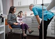 Beat Gloor schätzt die persönliche Betreuung seiner Patienten. Seiner Meinung nach sollte sie ortsnah erfolgen. (Bild: NZZ/Karin Forrer)