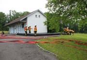 Die Feuerwehr sicherte nach dem Chemieunfall das Wasserpumpwerk im St.Gallischen Berg. (Bild: Kapo SG)