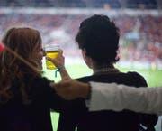 Auf ihrer Abschiedstour durch die Challenge-League-Stadien bekommen die Fans des FC Wohlen in Wil Bier spendiert. (Bild: KEYSTONE)