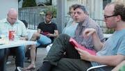 Ruedi Baumann, Präsident der gastgebenden SP Degersheim (2. v. r.), begrüsste die Vertreter der Sektionen der Kreispartei auf der Terrasse von «Keller's verwöhnt». (Bild: Andrea Häusler)