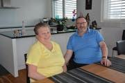 Carmen und Ernst Götschi geniessen das Nichtstun in ihrer Wohnung in Bütschwil. (Bild: Beat Lanzendorfer)