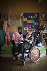 Arwad Al Akoub mit ihrer Tochter Ghadir in einem Schulzimmer der Stiftung Kronbühl. (Bild: Benjamin Manser)