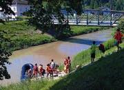 Die Schulklasse aus Thal fuhr am Dienstag mit dem Velo nach Montlingen und mit dem Schlauchboot bis zum Bahnhof Au. Sonja Fritsche vom Steigmatt-Hof brachte die Velos nach Au und holte das Boot. (Bild: René Schneider)