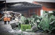 Die Aufräumarbeiten nach dem Grossbrand bei der Tobi Seeobst AG werden noch eine Weile andauern. (Bild: Ralph Ribi (Egnach, 17. März 2018))