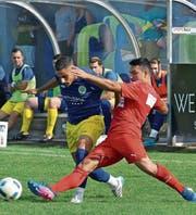 Der FC Diepoldsau wurde oft in seinen Aktionen gestört, wie hier Dursun Karatay vom FC-Montlingen-Verteidiger Argurian Bojaxhi. (Bild: Ulrike Huber)