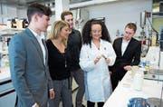 Sandra Dragone und eine Mibelle-Laborantin erklären Stephan Kaenel, Marius Strässle und Tobias Geisser die Produkteigenschaften. (Bild: PD)