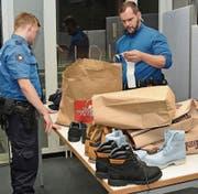 Kein Versteck ist vor den «Jägern» an den Grenzen sicher. Im Verdachtsfall werden Proben für Drogentests genommen. (Bilder: Kurt Latzer)