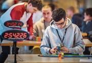 Spiel gegen die Zeit: Beim Speedcubing brauchen die Spieler Köpfchen und Können, um die Zauberwürfel zu lösen. (Bild: Andrea Stalder)