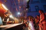«Grey-Pop mit ein bisschen Pink»: Junip spielten am Mittwochabend ihren melancholischen Folk-Pop am Kulturfestival. (Bild: Ralph Ribi)