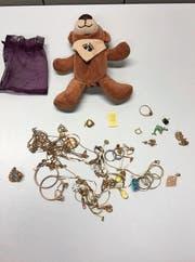 Spezielle Verstecke (im Uhrzeigersinn): Lieferwagen, vollgestopft mit Velos; Teddybär, gefüllt mit Schmuck; präparierte Handtasche. (Bilder: Grenzwachtkorps III)