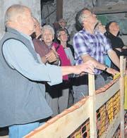Mit grossem Interesse folgen die Augen der Besucher den ersten Umdrehungen der Wassermühle.