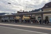 Gestrandete Pendler am Bahnhof Wattwil am Freitag gegen 17 Uhr. (Bild: Helen Lusti)