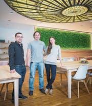 Lukas Grossenbacher und Timo und Lara Cajacob (von links) im Lokal am Bohl 1. (Bild: Samuel Schalch)