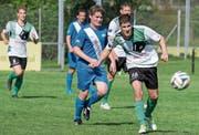 Rebsteins Simon Schranz ist vor Rüthis Pascal Zäch am Ball. Ein Treffer gelang den Gästen auf dem Rheinblick jedoch nicht. (Bild: Hansueli Steiger)