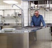 Gemeinderat Martin Fricker zeigt die geräumige Küche der Lichtensteiger «Krone». (Bild: Martin Knoepfel)