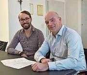 Steuersekretär André Thalmann (l.) und Gemeindepräsident Rolf Huber freuen sich über das positive Ergebnis. (Bild: pd)