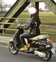Schweizer Rollerfahrerin mit «schneller» Vespa auf der Wiesenau-Brücke bei der Einreise in die Schweiz. (Bild: Archiv/sc)