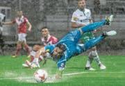Noch der beste St. Galler: Goalie Daniel Lopar lenkt den Ball bei strömendem Regen ab. (Bild: Andy Mueller/Freshfocus)