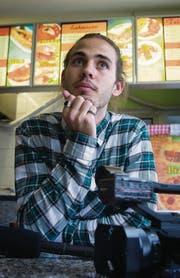 Auf einen Dürüm im «Alpen-Dedi»: Seinen Kurzfilm «Kairos» hat Lorenz Huber auch im Kebabladen gedreht. (Bild: Ralph Ribi)