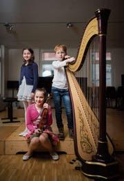 Sie sind die drei jüngsten Preisträgerinnen und Preisträger der Musikschule Fürstenland: Anina Schärer am Klavier, Aron Lanter an der Harfe und Sophie Frankenberger an der Geige. (Bild: Benjamin Manser)