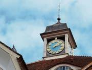 Die Schuluhr im «Sonnenberg» erregt die Gemüter in der Bevölkerung kaum, im Gegensatz zu den Glocken der evangelischen Kirche. (Bild: Monika von der Linden)