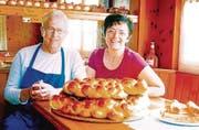 Thuri und Vroni Schmitter: Letztmals als Wirtepaar in der «Alpenrose»: mit Butterzöpfen, Nussgipfeln und Birnbroten aus der Hausbäckerei. (Bild: Hansruedi Rohrer)