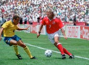 Fussball-WM 1994 in den USA: Alain Sutter versucht sich gegen Kolumbiens Luis Fernando Herrera durchzusetzten. (Bild: STR (KEYSTONE))