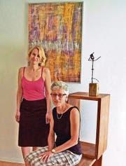 Stellen aus: Sandra Mata (stehend) und Judith Eugster. (Bild: pd)