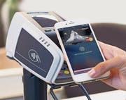 Mobiles Bezahlen an einem Terminal, das die Funktechnik NFC unterstützt. (Bild: PD)
