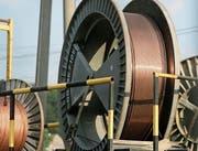 Seit das rote Metall teurer geworden ist, gibt es mehr Kupfer-Diebstähle. Diese Kupferrollen wurden nach einem Raubüberfall auf ein SBB-Unterwerk in Gossau fotografiert. (Bild: Trix Niederau (9. August 2006))