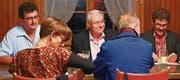 Befürworter und Gegner der Abstimmungsvorlagen debattierten in kleiner, aber interessierter Runde im Restaurant Mühlau. (Bilder: Sascha Erni)