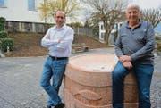 Hansjörg Bauer und Guido Staub hoffen, dass mit der Kunstausstellung bleibende Werte wie der Brunnen vor der Kirche geschaffen werden. (Bild: Urs Bänziger)