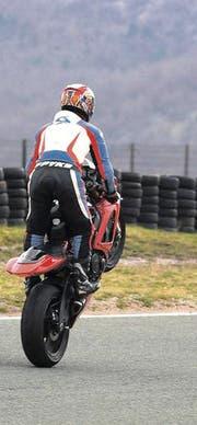 «Wheely» und «Beherrschen des Fahrzeugs» auf der Rennstrecke. (Bild: Archiv / Shutterstock)