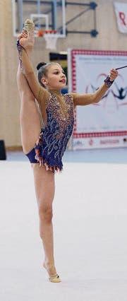 Lea Schefer zeigte bei der Übung mit dem Seil unter anderem einen seitlichen Spagatstand. (Bild: pd)