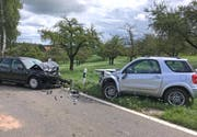 Ein 58-jähriger Atuolenker geriet am Samstag plötzlich auf die Gegenfahrbahn und kollidierte dort mit einem Autofahrer. Beim Unfall wurden drei Personen verletzt.