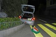 Ein parkiertes Auto machte sich selbständig, rollte 70 Meter die Strasse hinunter und prallte in eine Mauer. (Bild: Stapo SG)
