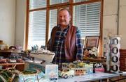 Werner Gahler vor einigen seiner Schätze in der alten Hag-Fabrik in Mörschwil. (Bild: Laura Widmer)